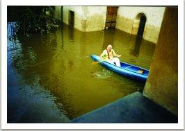 při povodni, asi jediný generální ředitel proplouvá expozicí na kánoi